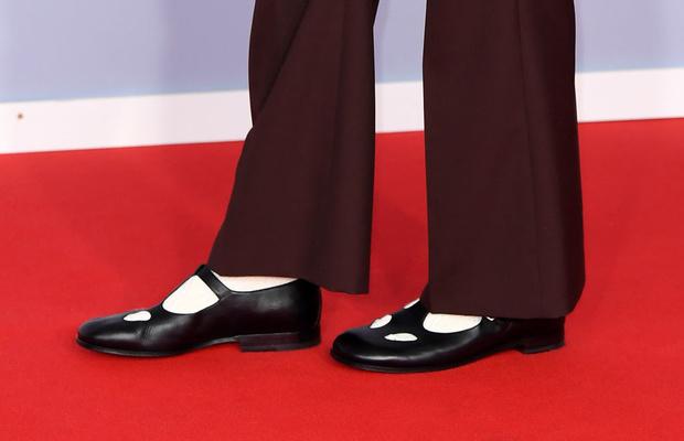 Жемчужные бусы, каблуки и белая водолазка: три лучших мужских образа BRIT Awards (фото 3)