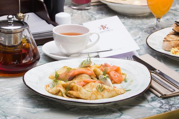 Блины с олениной и вишневым соусом, американские панкейки и французский креп-сюзетт: идеи вкусных и красивых завтраков (фото 9)
