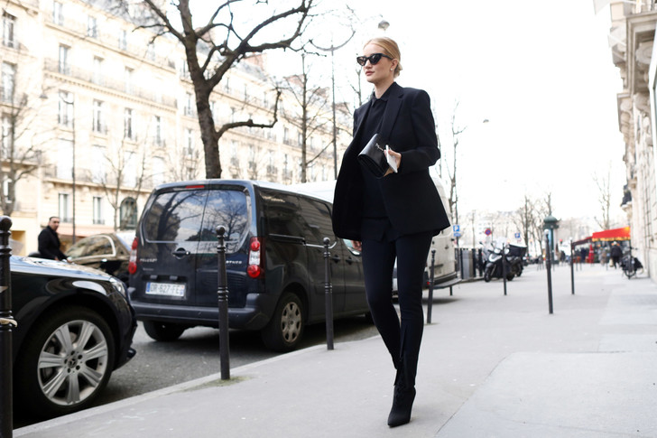 Все гениальное просто: элегантный образ Рози Хантингтон-Уайтли в Париже (фото 1)