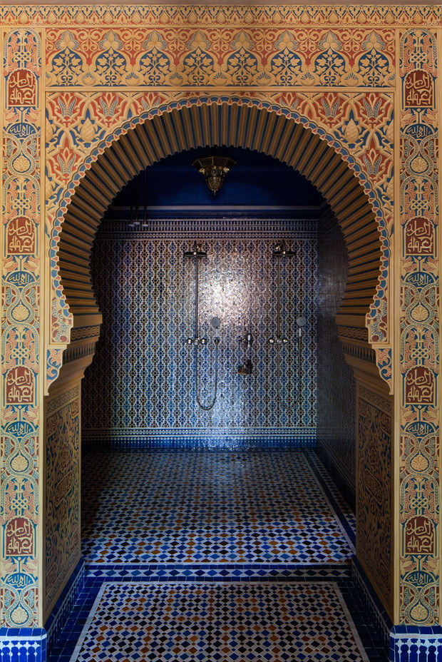 Мавританская комната в домашнем спа. Мозаика выполнена мастерами, приехавшими из Марокко, смесители, Axor, роспись арки на переднем плане — художник Артем Степанов.