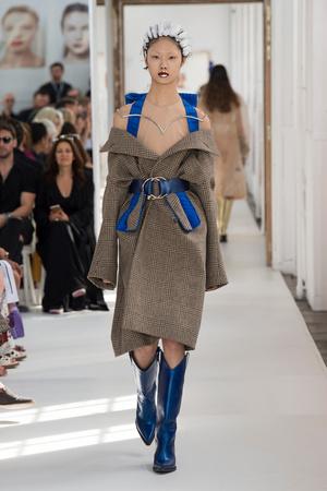 Показ Maison Margiela коллекции сезона Осень-зима 2017-2018 года Haute couture - www.elle.ru - Подиум - фото 624430