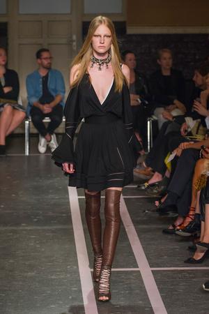 Показ Givenchy коллекции сезона Весна-лето 2015 года prêt-à-porter - www.elle.ru - Подиум - фото 591260
