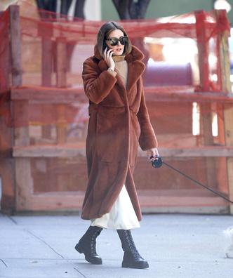 Носите меховое пальто до конца марта, как это делает Оливия Палермо (фото 1.2)