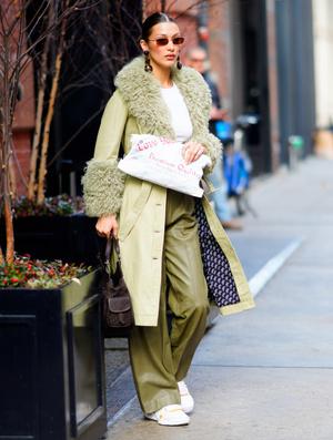 Два образа Беллы Хадид, которые вдохновят вас носить кроп-топы зимой (фото 2.1)