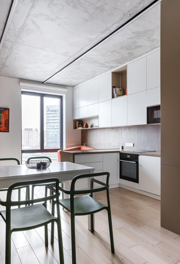 Лаконичная квартира с бетонным потолком и деревянными стенами 71 м² (фото 5)