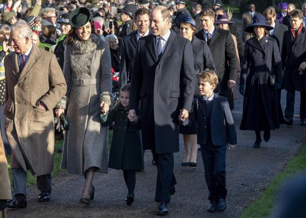 Почти все в сборе: британская королевская семья на рождественской службе (фото 1)