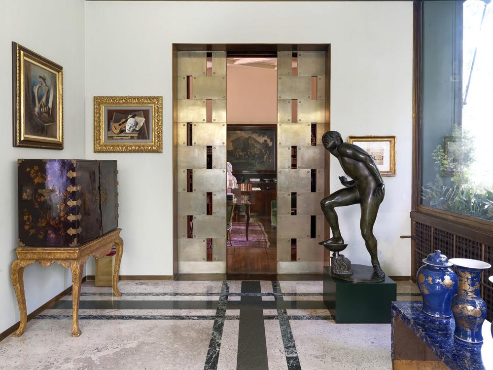 Комната — зимний сад отделяется от основных помещений раздвижными металлическими дверями.