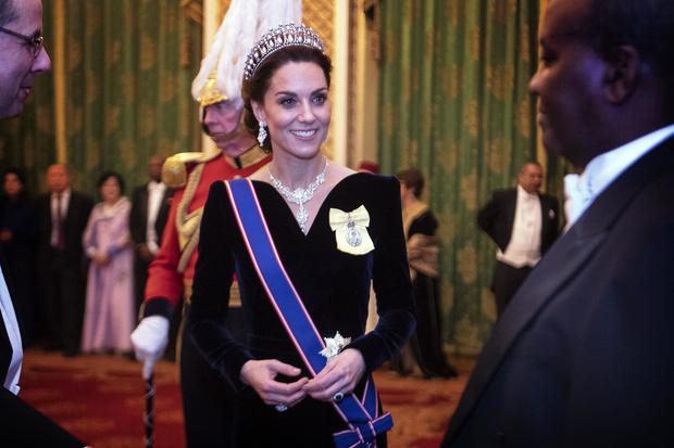 Синий бархат: Кейт Миддлтон на приеме Букингемском дворце (фото 2)