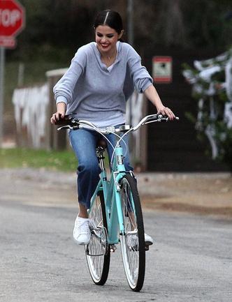 Фото дня: счастливая Селена Гомес на велопрогулке в Калифорнии фото [5]