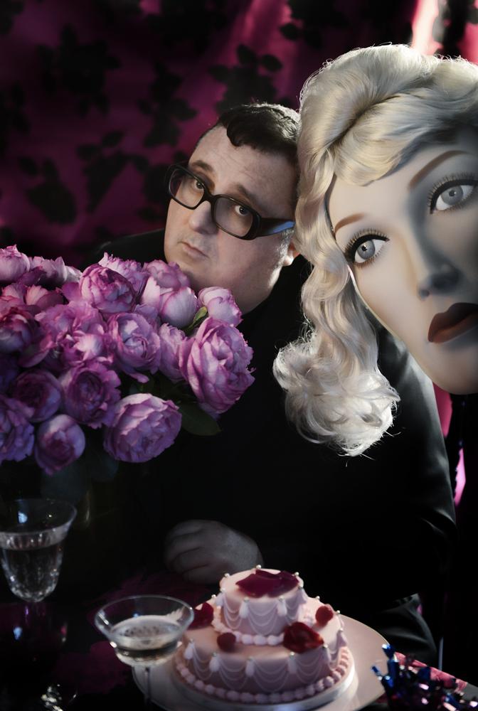 Дизайнер Альбер Эльбаз с букетом роз от Moulié Fleurs