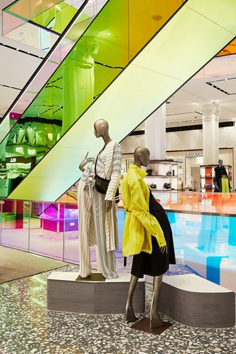 В универмаге Saks Fifth Avenue появился разноцветный эскалатор (фото 0.2)