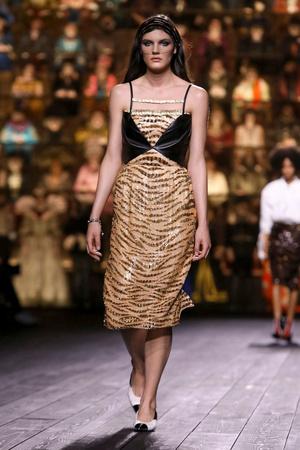 Как носить пуховик с вечерним платьем? Ответ найдете на показе Louis Vuitton (фото 9.1)