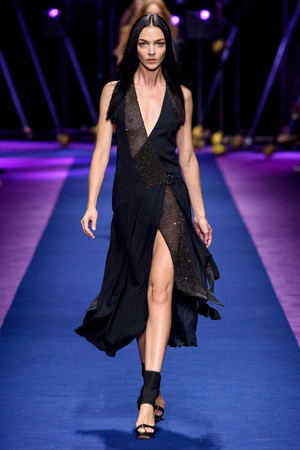 Показ Versace коллекции сезона Весна-лето  2017 года Prêt-à-porter - www.elle.ru - Подиум - фото 612036
