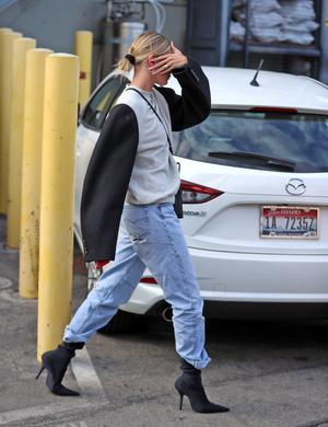 Джинсы-бойфренды + каблук: стильный и практичный образ от Хейли Бибер (фото 1.2)