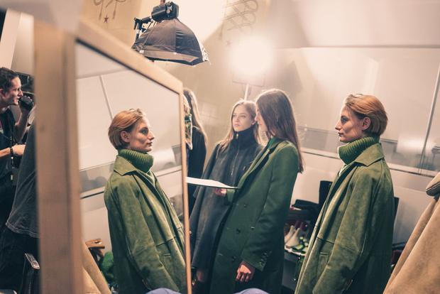 Самые красивые модели на бэкстейдже в Милане (фото 52)