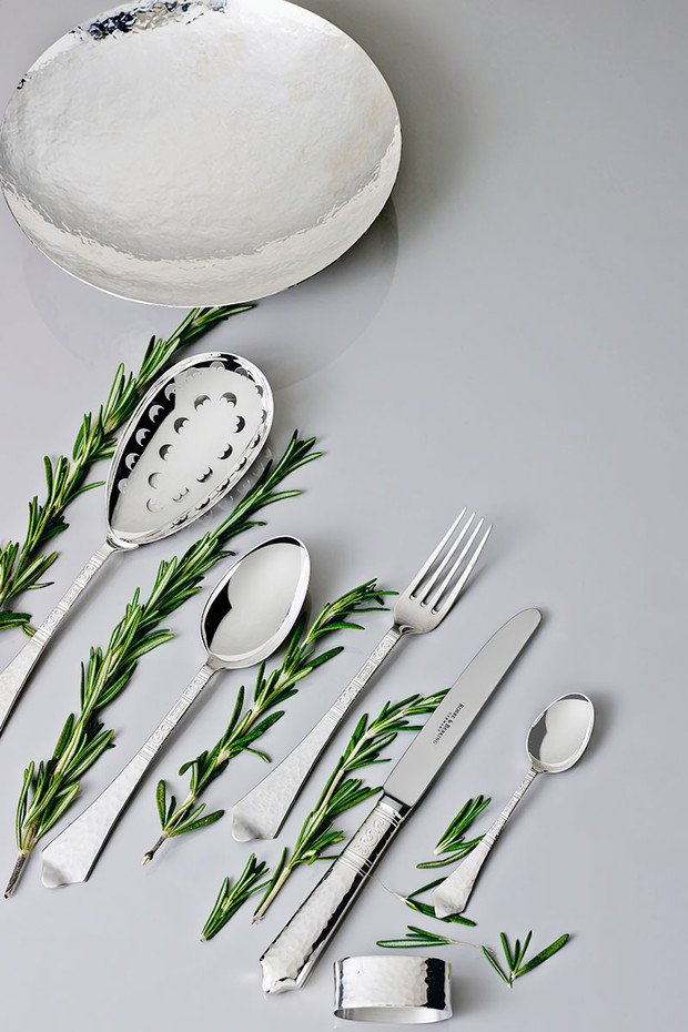 Чаша, сервировочная ложка с перфорацией, столовые ложка, вилка и нож, чайная ложка, кольцо для салфеток, все — серебро 925-й пробы, коллекция Hermitage, Robbe & Berking, салон «Дилижанс Home».
