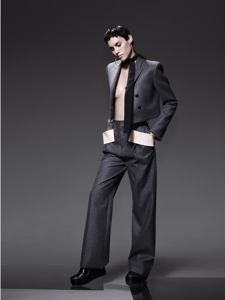 Пиджак из шерсти, брюки из фланели, все — Givenchy by Riccardo Tisci; шарф из шелка, Prada; серьга, Robert Lee Morris; колье, розовое золото, оникс, бриллианты, Cartier; сандалии, Céline