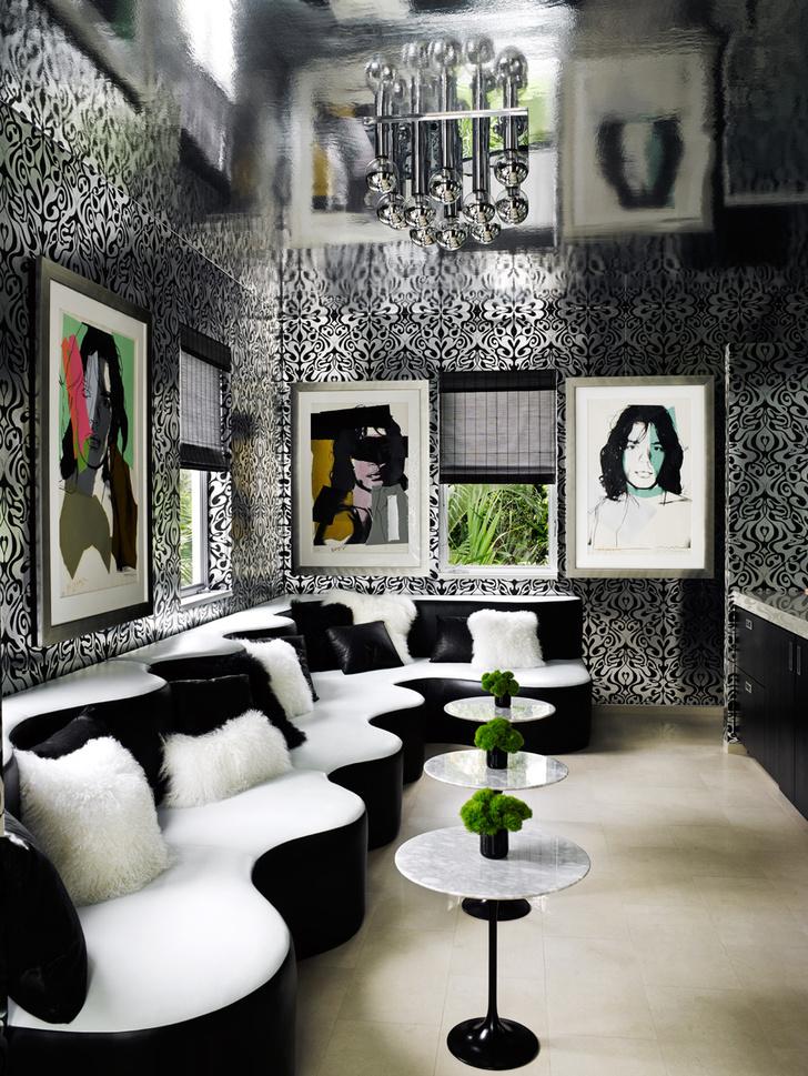 Музыкальная комната. Стены украшены портретами друга Хилфигеров Мика Джаггера работы Энди Уорхола.