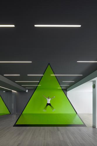 Разноцветный спортклуб в Екатеринбурге по проекту VOX Architects (фото 8.2)