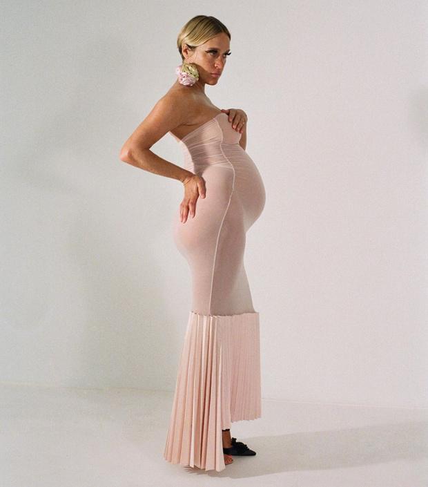 Безумно нежно: беременная Хлоя Севиньи в прозрачном платье (фото 0)