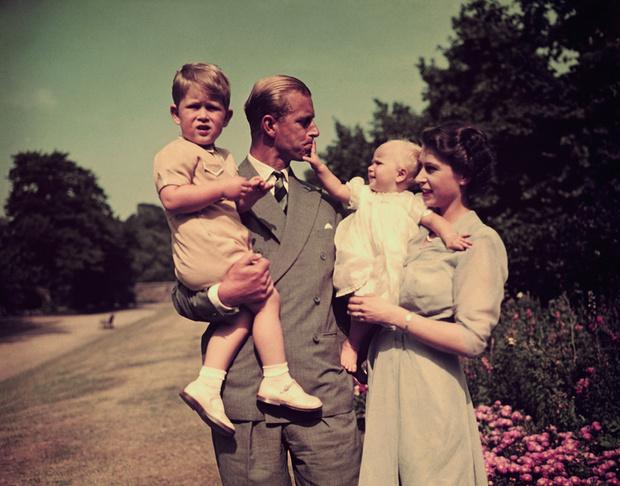 Елизавета II и принц Филипп с детьми фото