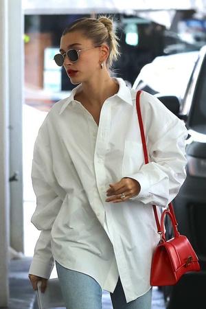 Самая универсальная вещь в гардеробе: Хейли Бибер в oversize-рубашке (фото 1.1)