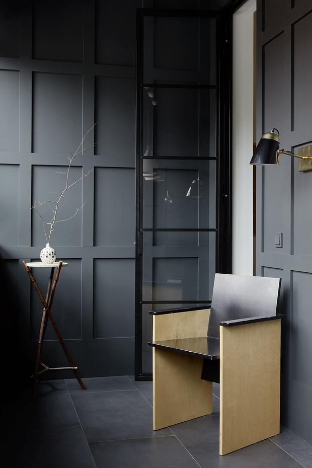 Лоджия превратилась в столовую, откуда есть выход в гостиную и кабинет. Стены обиты фанерными дощечками, имитирующими раскладку из МДФ-панелей. Кресло, Repeat Story. Столик 1910 года, собственность архитектора.
