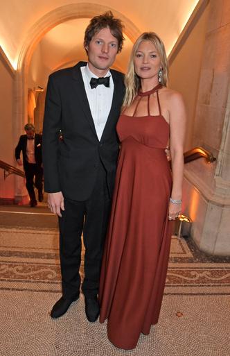 Супруги Бекхэм и другие знаменитости на ужине в Лондоне (фото 2.1)