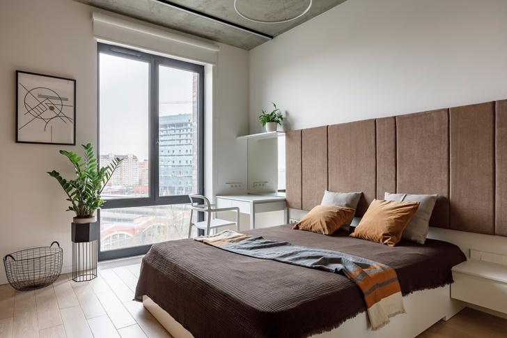 Лаконичная квартира с бетонным потолком и деревянными стенами 71 м² (фото 11)