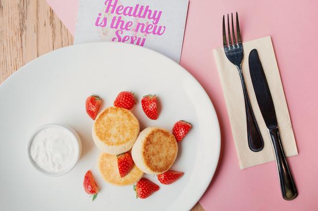 Рецепт дня: ванильные сырники из тофу с ягодами (фото 2)