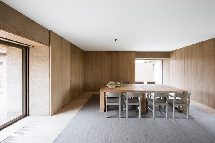 Обеденный зал. Пол из дубовых досок прекрасно сочетается с ковром из растительных волокон. Внизу Винсент ван Дуйсен.