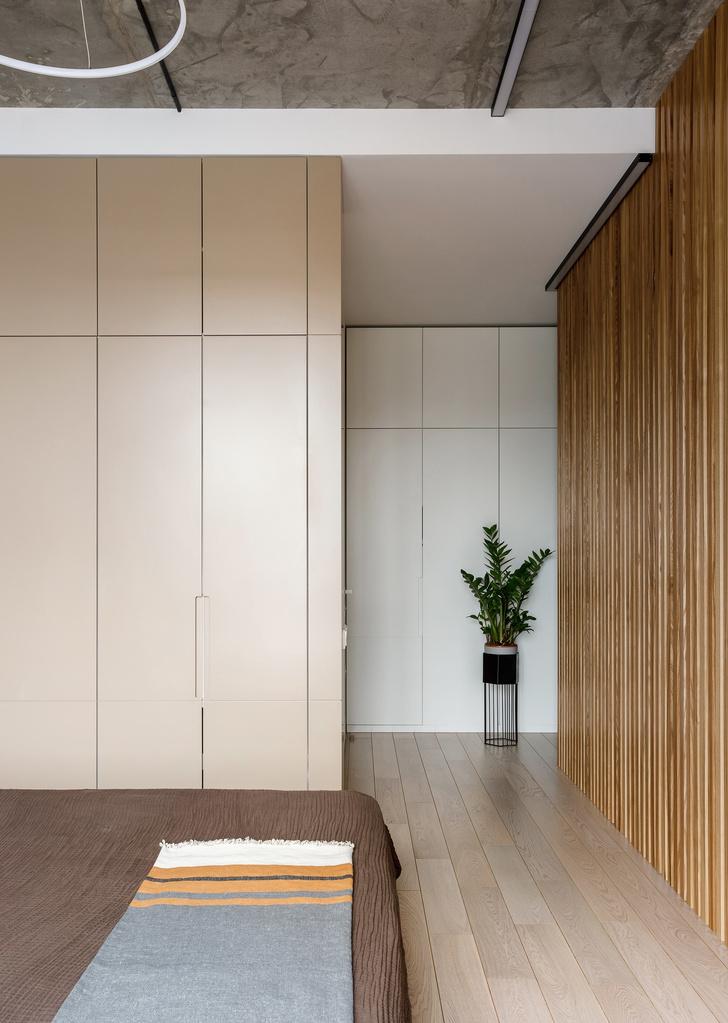 Лаконичная квартира с бетонным потолком и деревянными стенами 71 м² (фото 16)