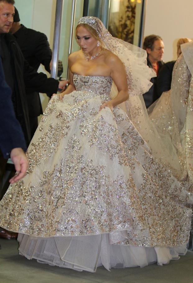 Какой сюрприз! Дженнифер Лопес в экстравагантном свадебном платье и расшитой вуали (фото 1)