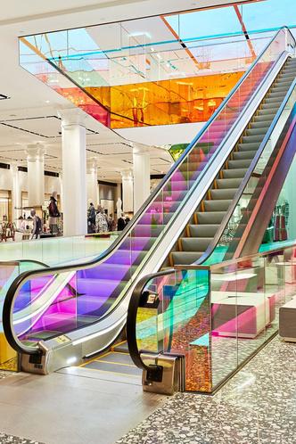 В универмаге Saks Fifth Avenue появился разноцветный эскалатор (фото 0.1)