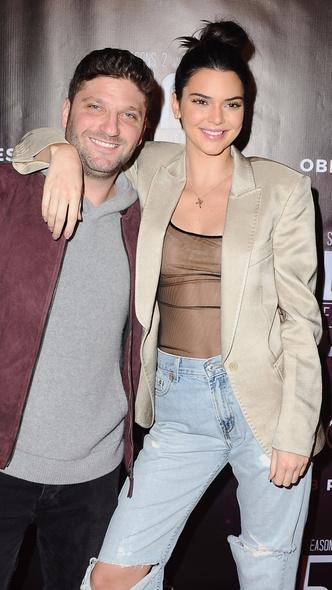 Прозрачный топ и рваные джинсы: Кендалл Дженнер на премьере сериала (фото 3)