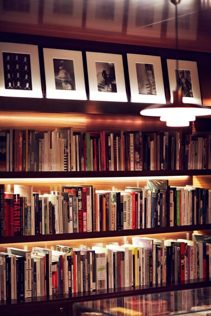 Подборка альбомов по искусству в книжном магазине отеля.