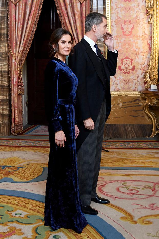 Самое величественное зимнее платье королевы возвращается: Летиция в синем бархате (фото 4)