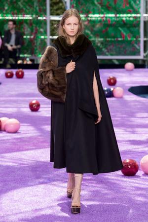 Показ Christian Dior коллекции сезона Осень-зима 2015-2016 года haute couture - www.elle.ru - Подиум - фото 596926