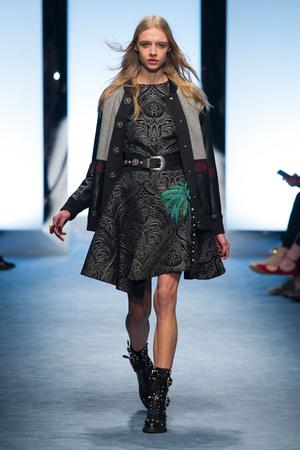 Показы мод Fausto Puglisi Осень-зима 2016-2017 | Подиум на ELLE - Подиум - фото 4537