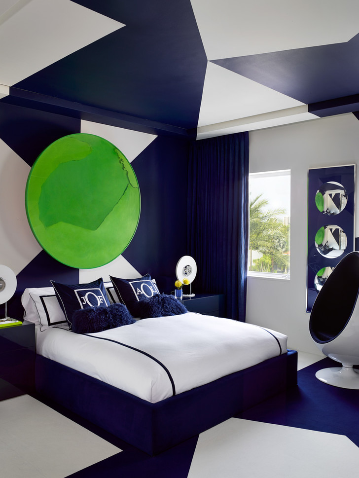 Гостевая комната в синих тонах. Кресло Ball, дизайн Эро Аарнио. На стене — работа художника Мануэля Мериды Cercle Vert Lumiere.
