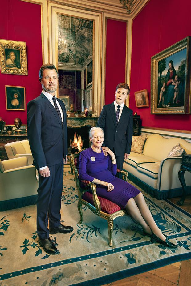 Три поколения одной семьи: новые официальные портреты датской королевы Маргрете II и двух ее наследников (фото 5)