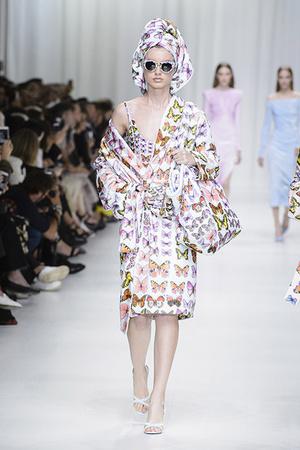 Показ Versace коллекции сезона Весна-лето 2018 года Prêt-à-porter - www.elle.ru - Подиум - фото 639501
