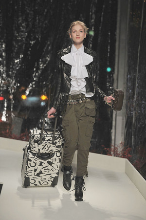 Показ Moschino Cheap & Chic коллекции сезона Осень-зима 2010-2011 года Prêt-à-porter - www.elle.ru - Подиум - фото 150521