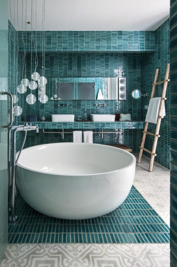 Ванные комнаты облицованы плиткой, покрытой глазурью. Светильники по форме перекликаются с ванной.