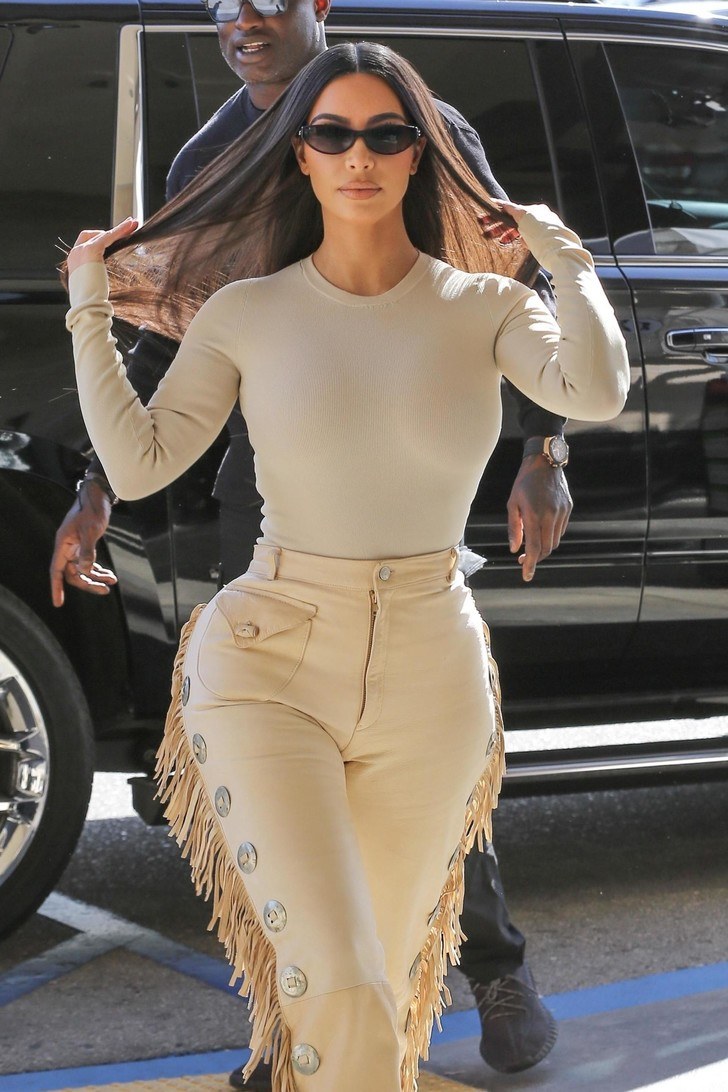 Эпатажные брюки Ким Кардашьян с бахромой. Тренд или анти-тренд? (фото 2)