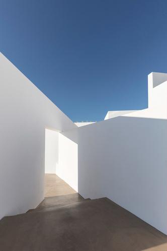 Белоснежная вилла на Санторини от Kapsimalis Architects (фото 2.2)