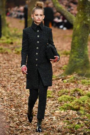 Показ Chanel коллекции сезона осень-зима  2018-2019 года Prêt-à-porter - www.elle.ru - Подиум - фото 716041