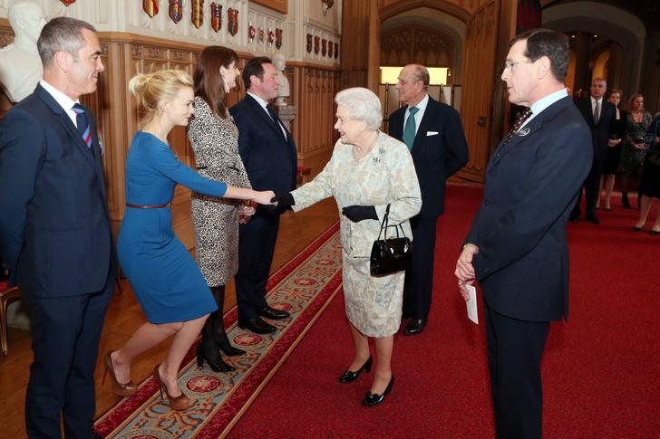 Что звезды надевали на встречу с королевой Елизаветой II? (фото 46)