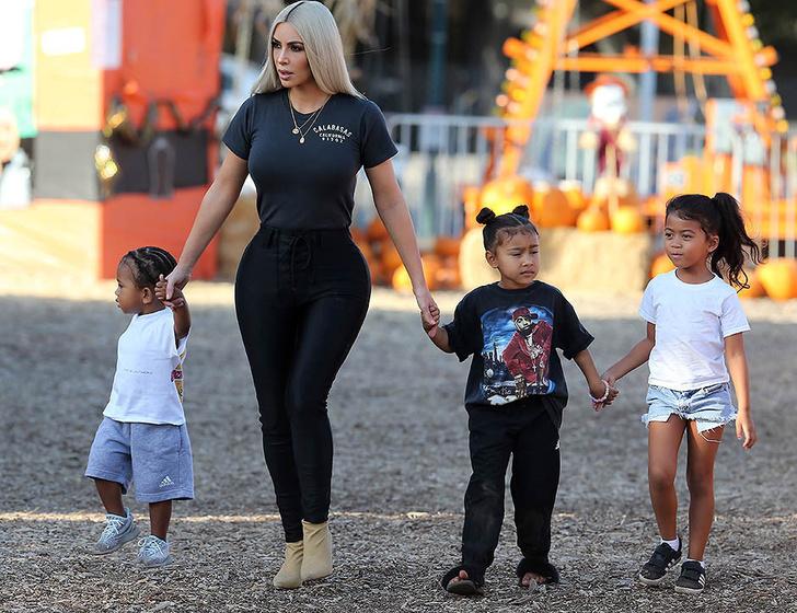Фото дня: Ким Кардашьян на прогулке с детьми фото [2]