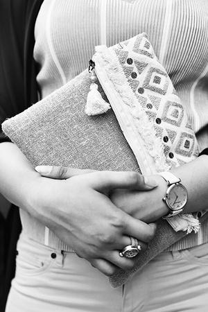 Тренд: открытые браслеты и часы в светлой гамме (фото 16)